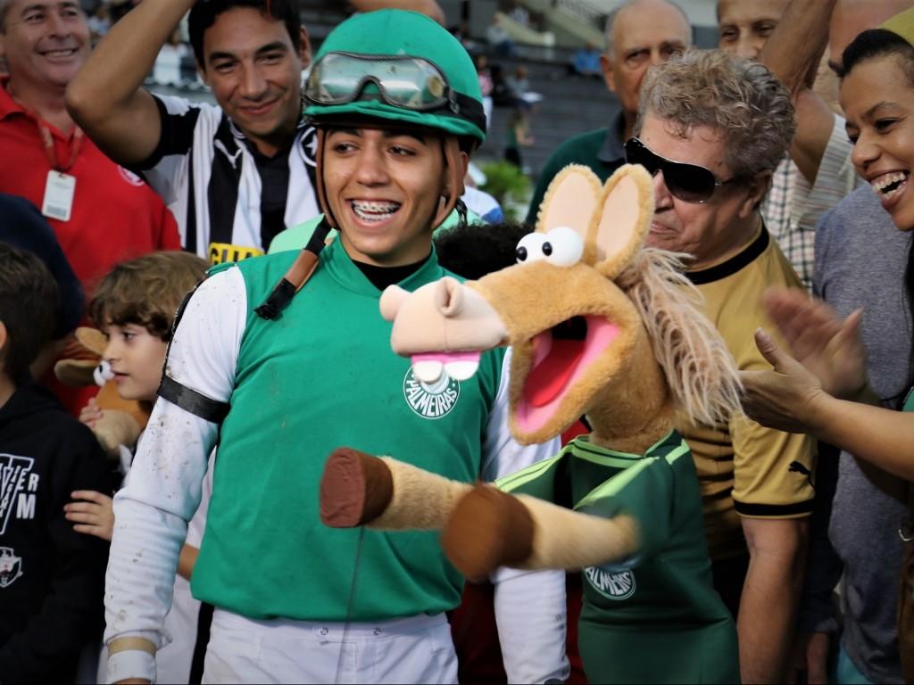 """Com narração diferente e muita emoção, Lord Gui, com a farda do Palmeiras, venceu o páreo dos """"Cavalinhos do Fantástico"""""""